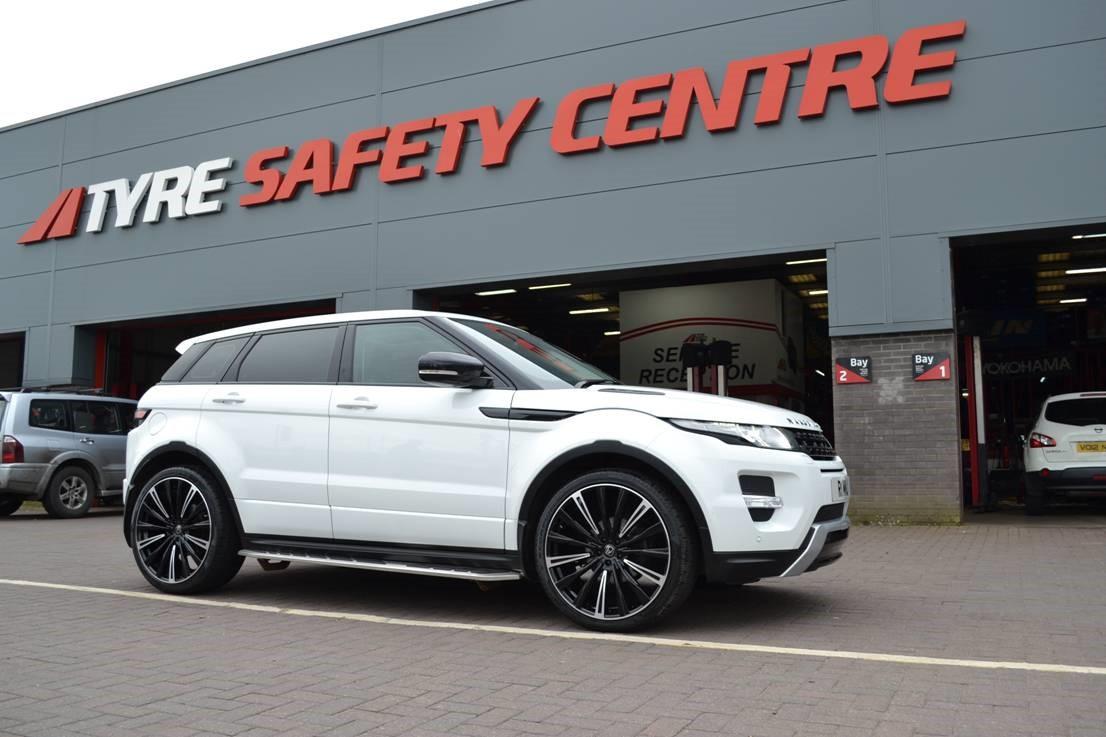 White Range Rover Evoque on HAWKE Chayton wheels in Black Highlight colour finish
