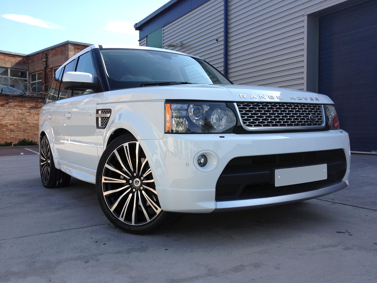 White Range Rover Sport on HAWKE Chayton wheels in Black Polished colour finish