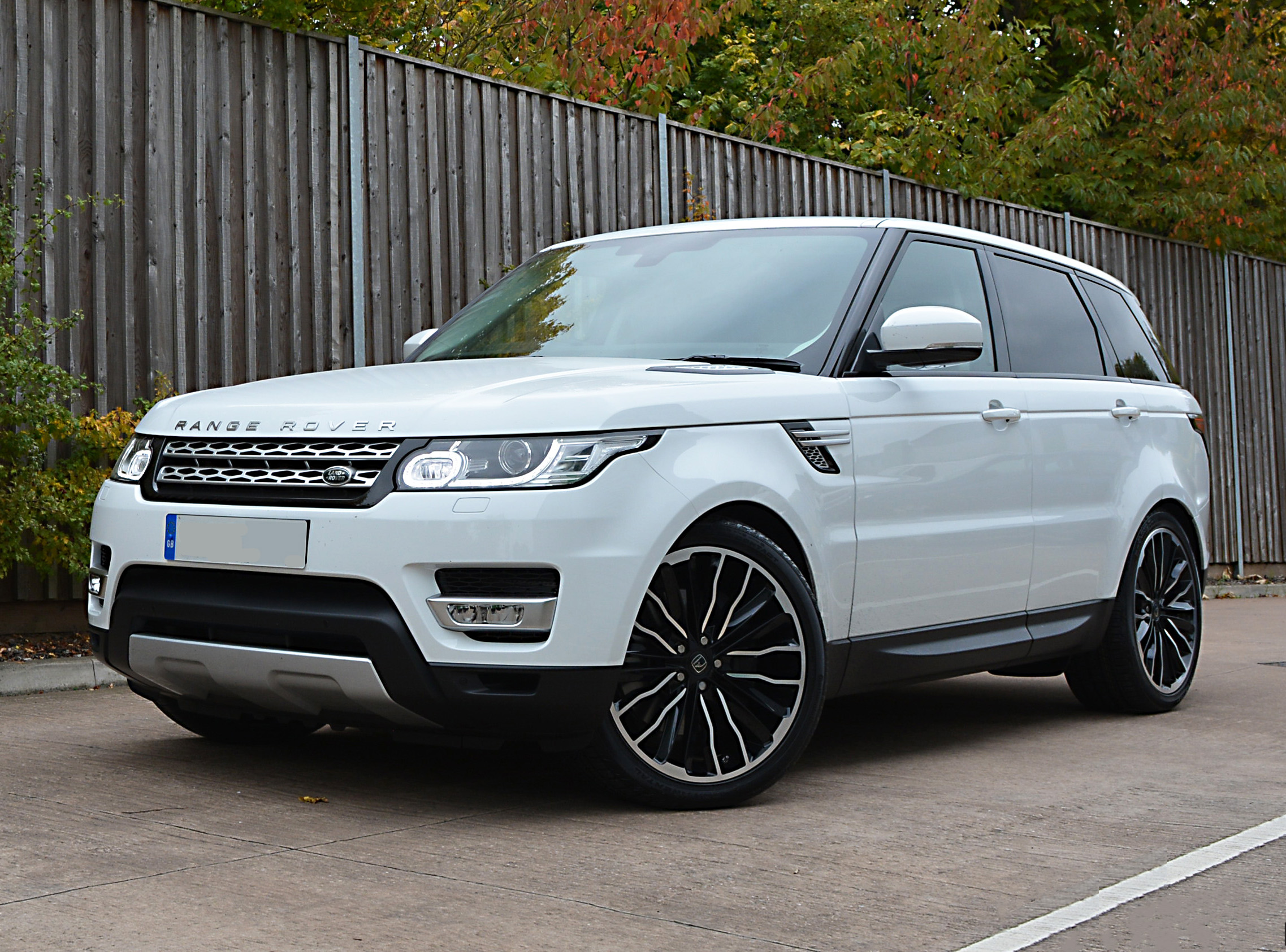 White Range Rover Sport on HAWKE Harrier wheels in Black Polished colour finish